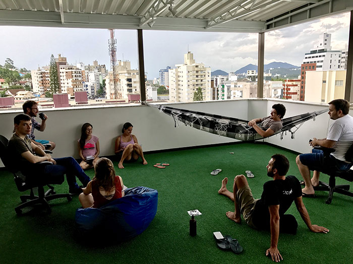 time de produto (desenvolvimento) da mobLee em reunião ao ar livre no primeiro semestre de 2017